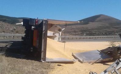 Un choque entre dos camiones obliga a cerrar la A-67 en Fombellida