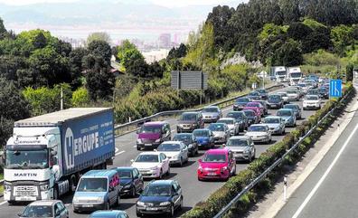 Agosto dispara el tráfico de la A-8 por encima de los 65.000 vehículos