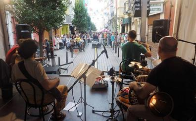 La calle Del Sol celebra el otoño con el jazz de los Raqueros y la danza contemporánea