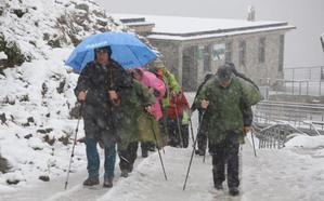 El otoño irrumpe en Cantabria con precipitaciones tormentosas, fuertes vientos y nieve en los Picos