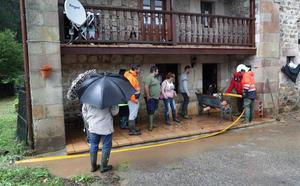 El río Saja vuelve a su cauce tras las inundaciones de ayer en Sopeña y Mazcuerras