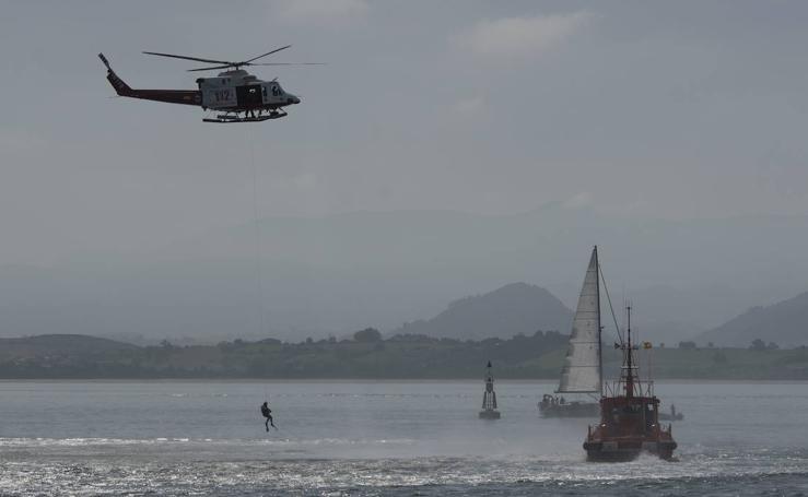 Simulacro de salvamento en la bahía de Santander