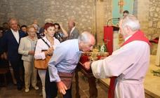 Los fieles escenifican su devoción por La Cruz