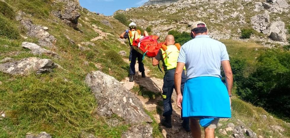 Porteada por los bomberos tras torcerse el tobillo en una ruta de Áliva a Fuente Dé