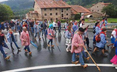 El Día de las Albarcas se impone a la lluvia