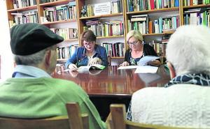 Voluntarios que leen a los mayores