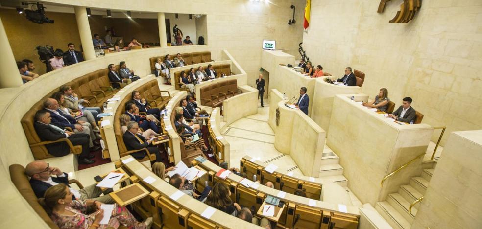 El bloqueo político en Madrid contamina el estreno parlamentario en Cantabria