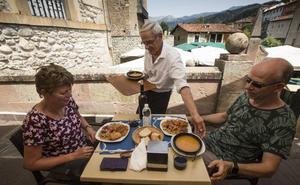 UGT carga contra la idea de traer camareros de Perú, «una falta de respeto en toda regla»
