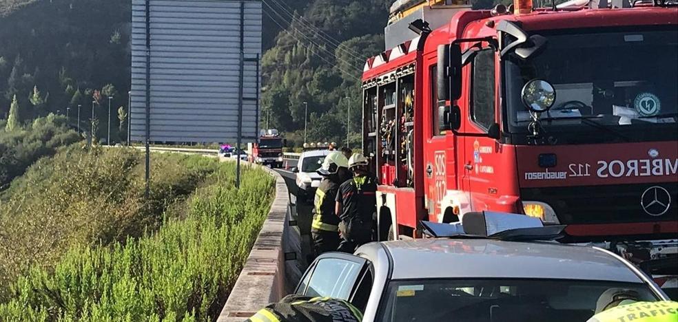 Herida leve una conductora tras ser embestida por un camión en la A-67