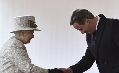 Disgusto de Isabel II con Cameron por revelar que le pidió ayuda en el referéndum de Escocia