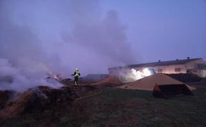 Arde parte de una nave de almacenaje de hierba en Valdeolea