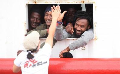 El 'Ocean Viking' desembarca en Mesina a los 182 migrantes y refugiados rescatados