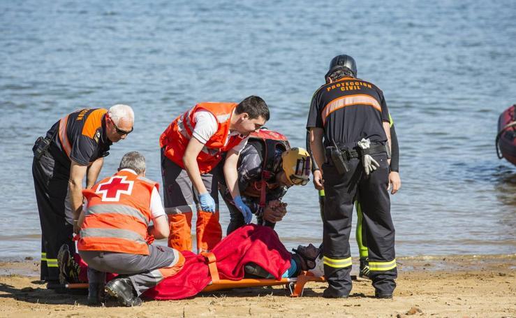 Simulacro de rescate de personas con discapacidad en el pantano del Ebro