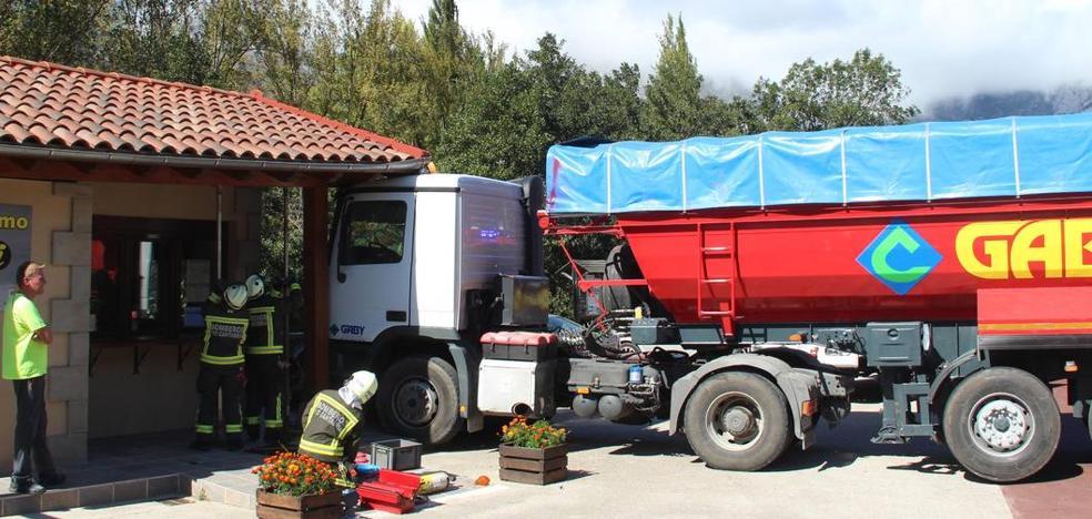 Un camión sin conductor choca contra la Oficina de Turismo de Tama