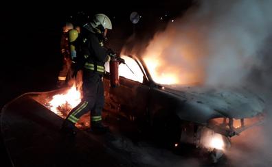 Los bomberos sofocan el fuego de un coche que se calcinó en Vargas