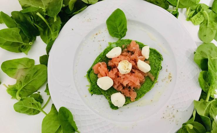 Cocina en casa estas saludables tortitas de espinacas con salmón y mozzarella