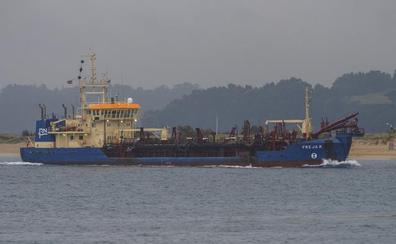 El 'Freja R' draga la arena de la bahía para facilitar el acceso al puerto