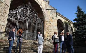 La rehabilitación del tejado de la iglesia de Laredo continúa sin fecha