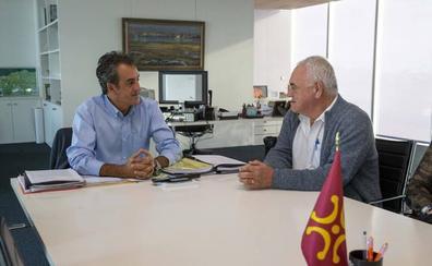 El alcalde de Voto plantea a Industria extender la red de marquesinas y mejorar el alumbrado público del municipio