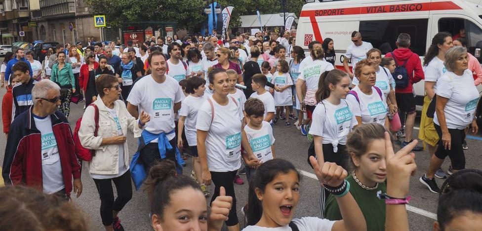 Unas 5.000 personas toman parte en Torrelavega en la marcha popular de AMAT