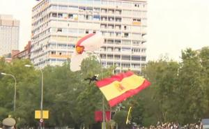 El paracaidista que portaba la bandera se queda enganchado en una farola