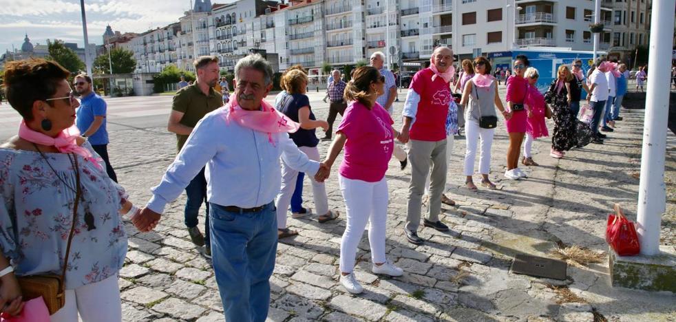 Castro 'abraza' a su bahía como gesto de ánimo a las personas que padecen cáncer de mama