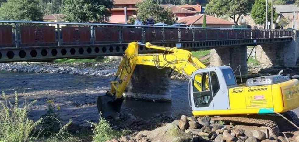 La Confederación Hidrográfica finaliza la limpieza del río Besaya en Los Corrales de Buelna