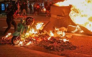 El Gobierno amenaza con intervenir Cataluña en la noche más violenta del soberanismo