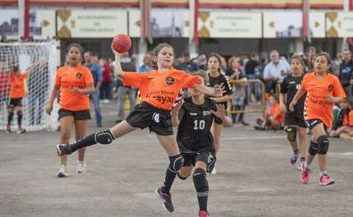 350 niños jugarán este domingo en Torrelavega un torneo de balonmano en la calle