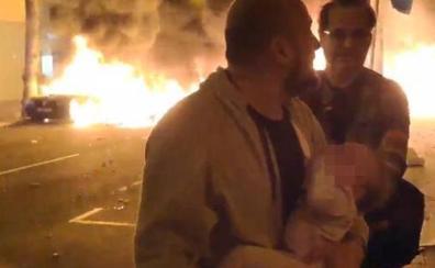 Con su bebé en brazos para huir del fuego