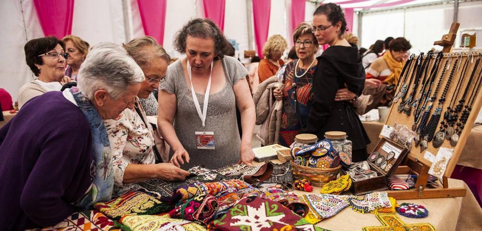 Las mujeres artesanas muestran su trabajo en Camargo