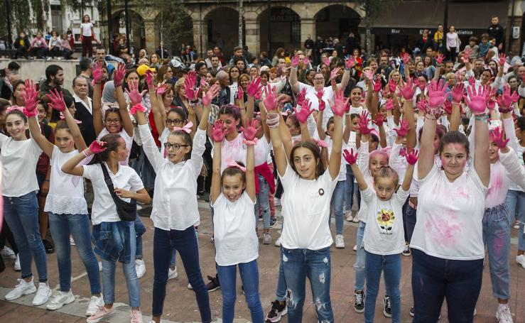 Flashmob contra el cáncer de mama en Torrelavega
