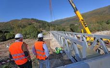 Colocación del puente peatonal de Ruente