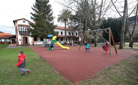 Productos higiénicos y un diploma de regalo a los que tengan hijos en Cabuérniga