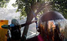 Nuevos disturbios en Hong Kong donde un policía fue herido por una flecha