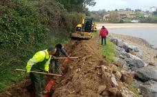 Obras Públicas instala un nuevo aliviadero en la playa del Tostadero