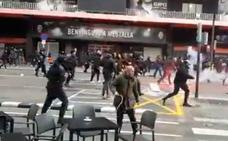 Batalla campal en Mestalla entre ultras del Valencia y Barcelona