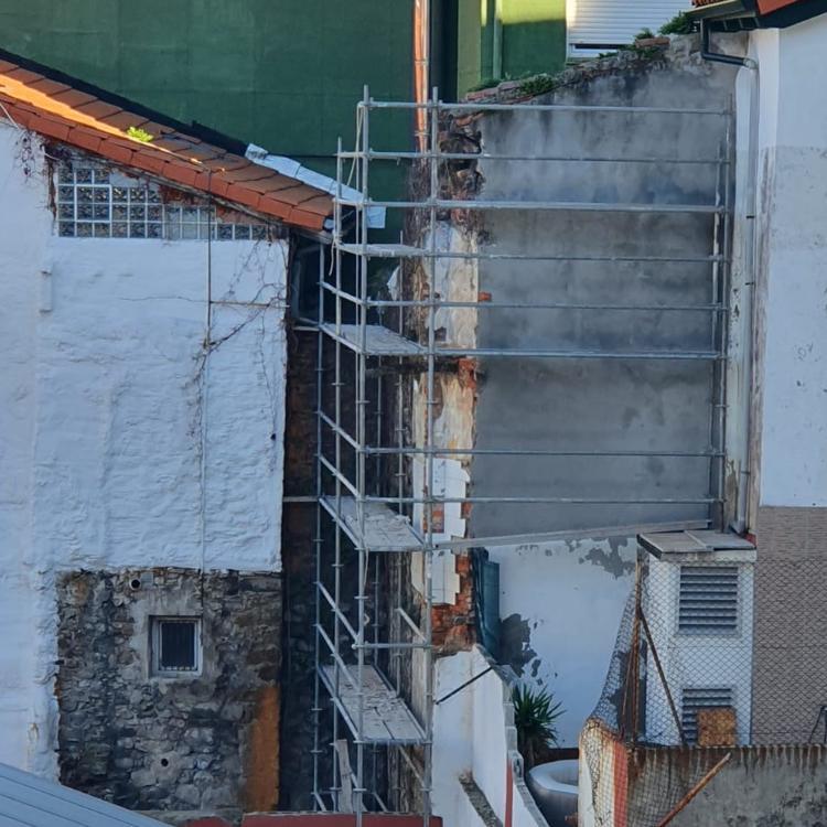 Comienza la demolición del muro situado en la parcela de Flavióbriga en Castro