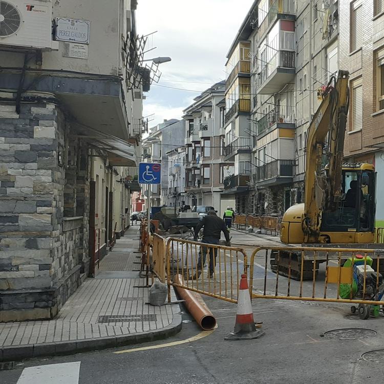 Santoña renueva el saneamiento de las calles General Santiago y Ortiz Otáñez