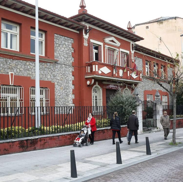 El Ayuntamiento de Torrelavega firma la compra del edificio de La Llama a la Cámara de Comercio