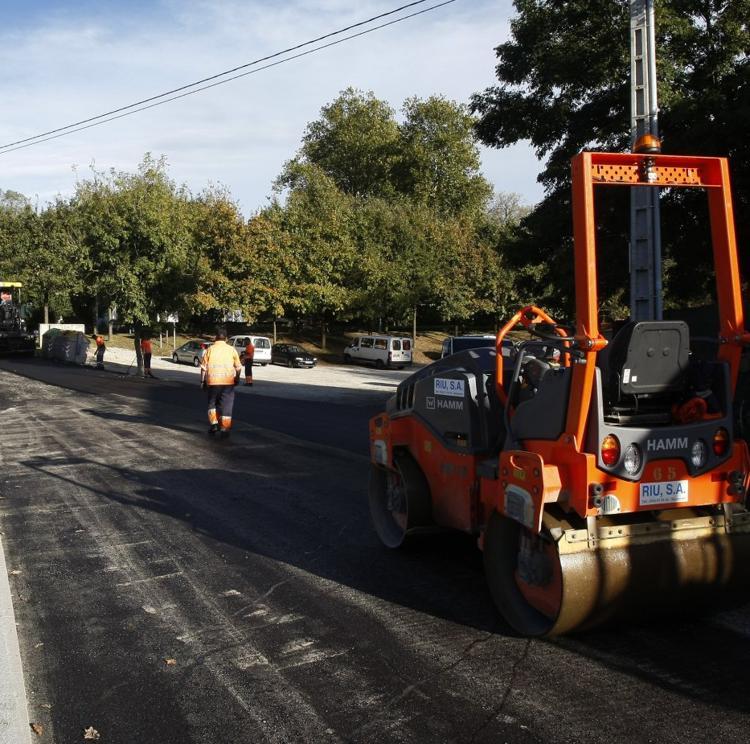 Un error en los pliegos retrasa otra vez el esperado plan de asfaltado municipal de Torrelavega