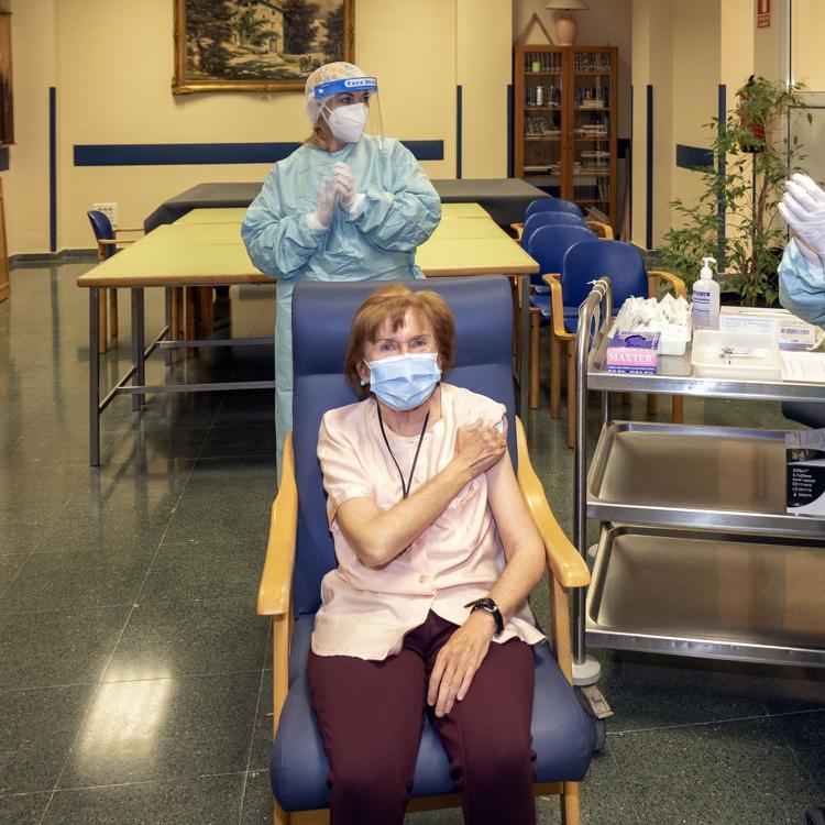 El centro de mayores de Cueto comienza a administrar la segunda dosis de la vacuna contra el covid