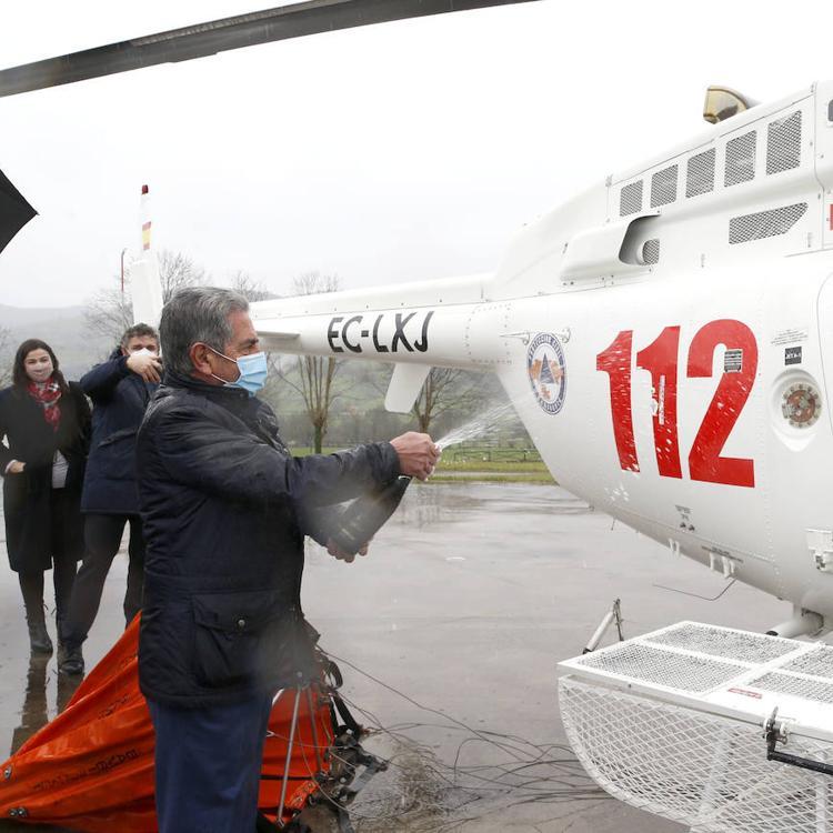 Cantabria presenta un segundo helicóptero del 112 para combatir los incendios forestales y las inundaciones