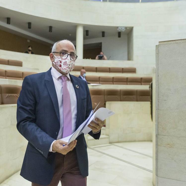 La oposición insiste y presenta al tiempo tres iniciativas que piden la reprobación y destitución del consejero de Sanidad