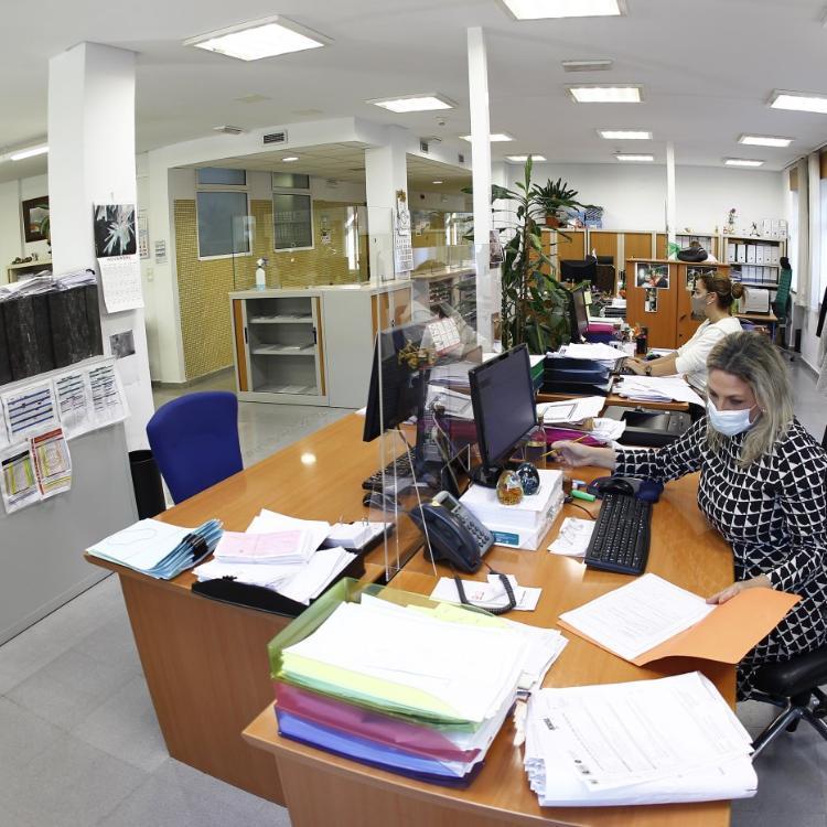 La falta de personal colapsa la gestión y algunos servicios en el Ayuntamiento