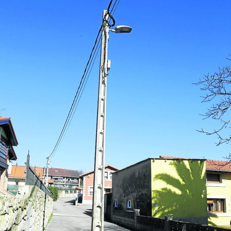 Miengo exige la retirada de un poste del medio de una calle