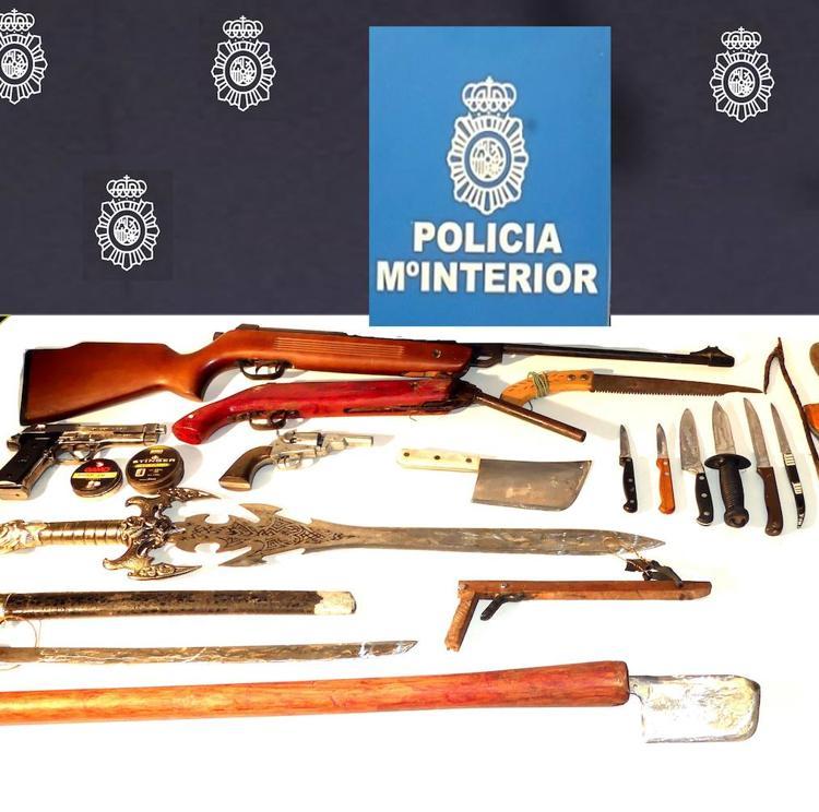Detenido en Torrelavega un hombre con todo un arsenal de armas que atacó a su padre con un cuchillo