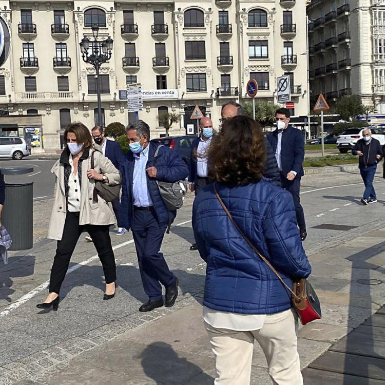Ribera viaja a Santander para ofrecer a Revilla una solución intermedia al problema del lobo