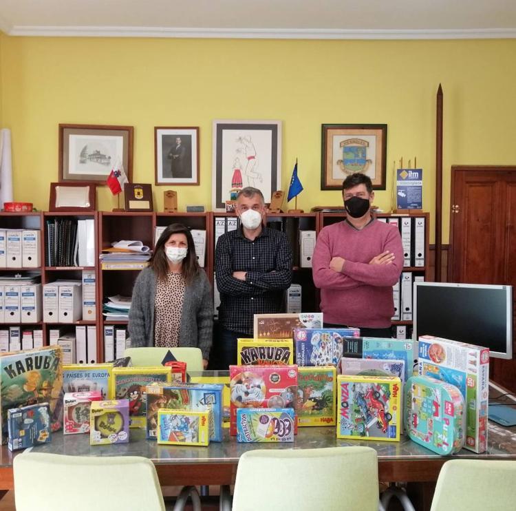 Torrelavega entrega juegos y libros al AMPA del colegio Dobra para los 'grupos burbuja'