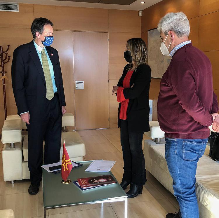 Obras Públicas colaborará con Solórzano en la ejecución de un paseo peatonal y la cubrición de una pista